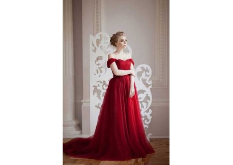 Бордовое платье со шлейфом