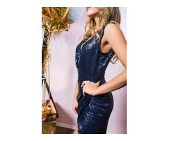 Платье в пайетках с высоким вырезом