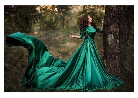 Изумрудное платье с большим шлейфом