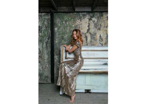 Золотое платье с открытой спиной